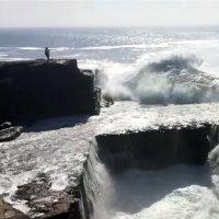Frau fällt ins Wurmloch auf Aran Islands