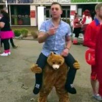 """Geniales """"Bär trägt Mann auf Schultern"""" Kostüm"""