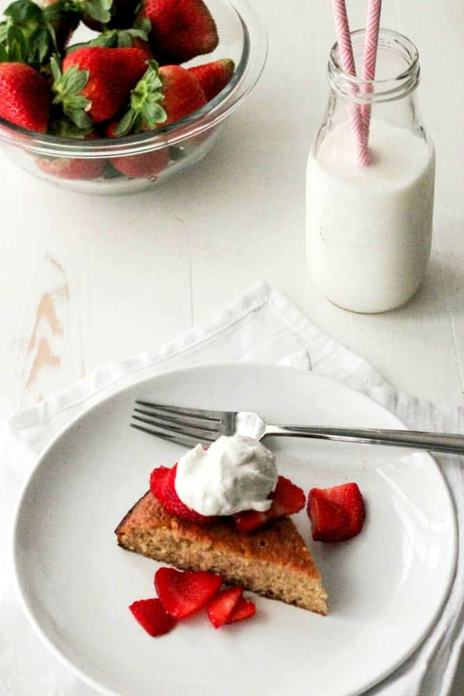 Flourless Almond Cake with Strawberries and Coconut Cream #SundaySupper #FLStrawberry - paleo, whole30, lowcarb and delish! | casadecrews.com