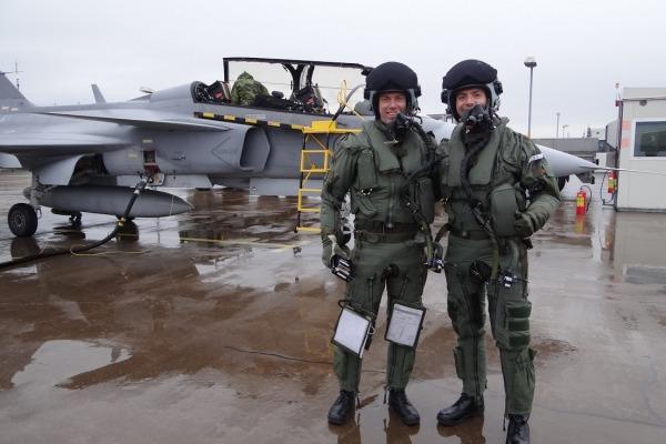 Capitão Pascotto (dir), ao lado de seu instrutor sueco (erq). Foto FAB