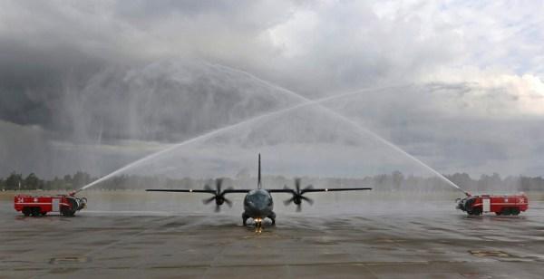 El primer C-27J Spartan RAAF siendo recibido en la base en Richmond. (Foto: Ministerio de Defensa Australia)