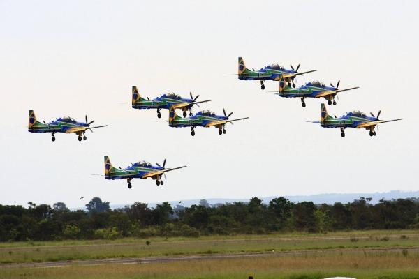 A Esquadrilha da Fumaça decola no dia 3 de julho de 2015 para sua primeira apresentação oficial com os A-29. (Foto: Sargento Marco Ribeiro / EDA)