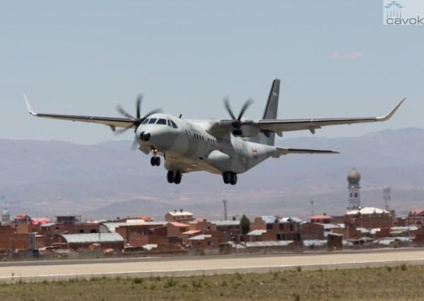 O avião de transporte C295W decolando do aeroporto , em La Paz, na Bolívia. (Foto: Airbus Defense & Space)