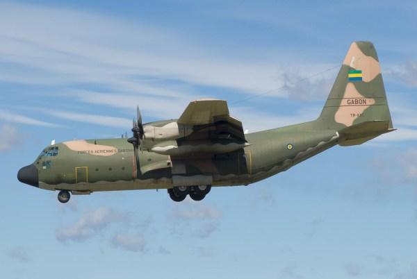 Um C-130H Hercules da Força Aérea do Gabão, que está no final do processo de revisão na OGMA em Portugal. (Foto: Dr. Jaus / Flickr)