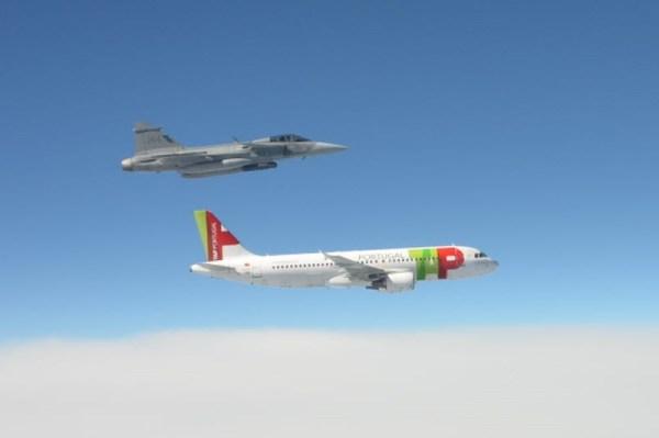 Caça Saab JAS39 Gripen C recepciona as atletas suecas na chegada a Suécia após as Olimpíadas no Rio de Janeiro. (Foto: Försvarsmakten)