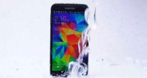 Samsung Galaxy S5 takes ALS Ice Bucket Challenge