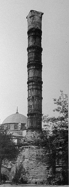 Colonna di Costantino I a Costantinopoli. Sotto di essa l'imperatore avrebbe posto amuleti pagani e reliquie cristiane a protezione della città.