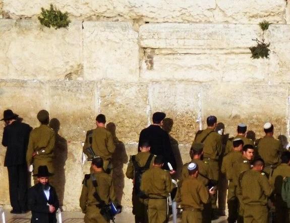 Jerusalem western wall soldiers praying