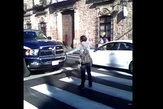 #VIDEO Like A Boss! Chavo Se Planta Frente A Una Patrulla Por No Respetar Semáforo En Morelia