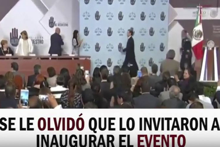 ‪#VIDEO ¡Blop! Se Le Olvida A Peña Nieto Inaugurar Evento Y Lo Regresan