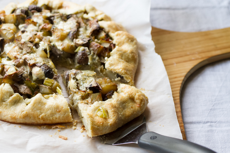This potato galette with leeks & mushrooms is simple, filling, & vegetarian. If you make the pastry ahead of time, this is within your reach on weeknights. | recipe from Chattavore.com