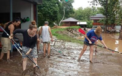 Volunteers helping after flood in Sop Win village