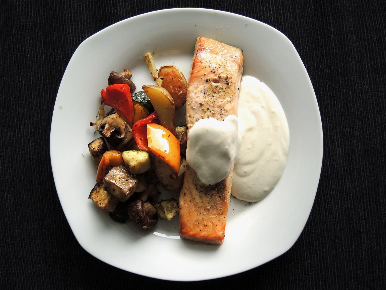 Mediterranes Ofengemüse mit Lachsfilet und Honig-Senf-Soße