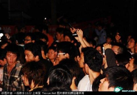 An angry crowd forms after a group of Japanese students allegedly attacked two Chinese students at Shanghai International Studies University.