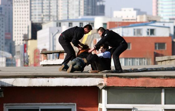 china-suicide-jumper-girl-rescued-by-police-woman-08
