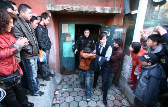 china-suicide-jumper-girl-rescued-by-police-woman-09