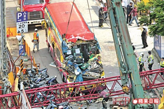 taiwan-crane-crushes-mainland-tourist-bus-03
