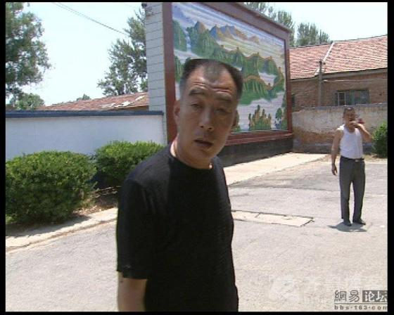 china-village-official-attacks-tv-reporter-01