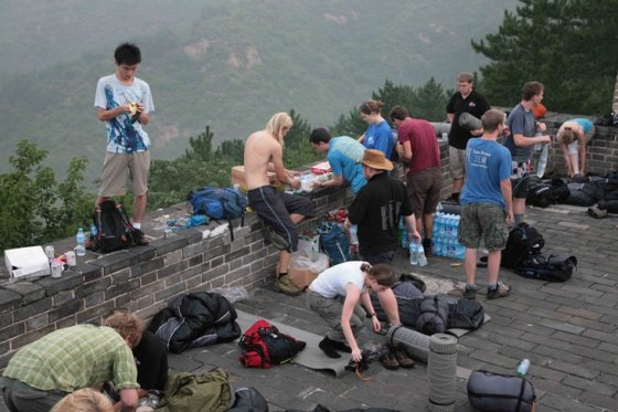 foreigners-camping-great-wall-of-china-0