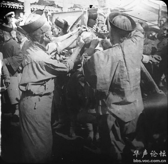 "Qing Dynasty government officials administering the ""death by a thousand cuts"" penalty to a female criminal"