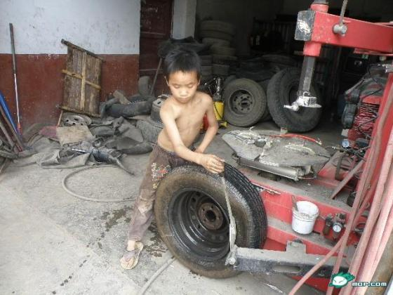 10-year-old Chinese boy is an experienced car mechanic.