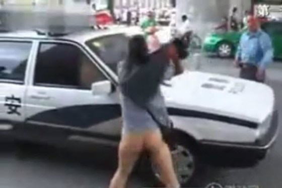 Anhui woman took off her pants and used it to attack traffic officers.
