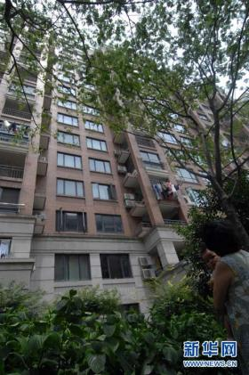 "The Hangzhou residential apartment building where a 2-year-old child fell and was caught by ""Hero Mom"" Wu Juping."