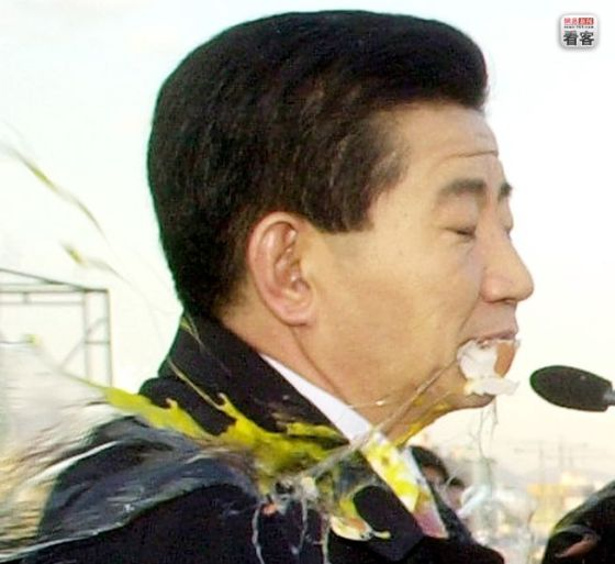 Former Korean President Roh Myoo-hyun hit in the face with an egg by protesters.