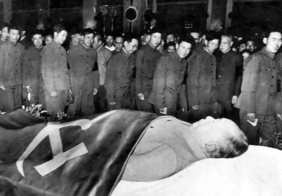Chinese paying their respects to Chairman Mao Zedong.