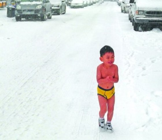 """Eagle Father"": A Chinese dad training his son by forcing the child to run naked and do push ups in the snow."
