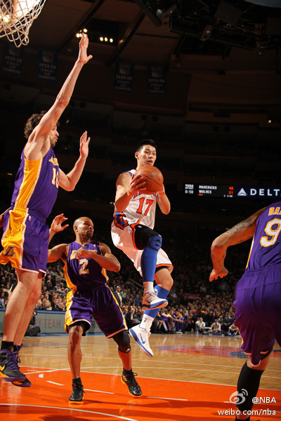 Jeremy Lin scores 38 points, 7 assists, and 4 rebounds in New York Knicks victory over Kobe Bryant and the Los Angeles Lakers.