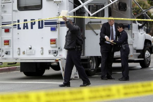Los Angeles police sealing off the scene of a shooting where two overseas Chinese students were shot dead in their BMW.