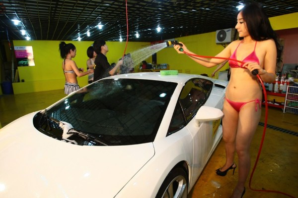 A 'hot chick' car washing service is attracting lines of Shanghai elites and their luxury cars, as well as the jealousy of netizens.