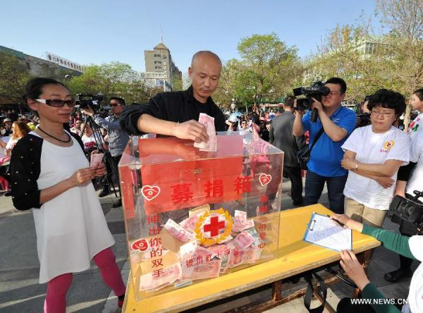 chinese-donating-to-red-cross-sichuan-yaan-lushan-earthquake-02