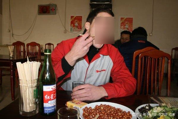 A 22-year-old American young man works in a Tianjin bicycle factory making 1500 RMB per month.