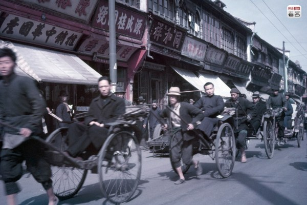 1949 May 1, a Shanghai street filled with rickshaws. At this time, many businesses had already began closing their doors and moving. Getty/Popperfoto/Paul Popper