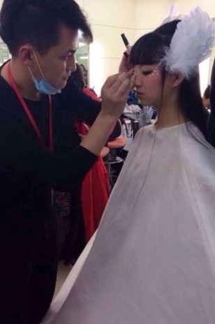 Xiao Caiqi is putting make up