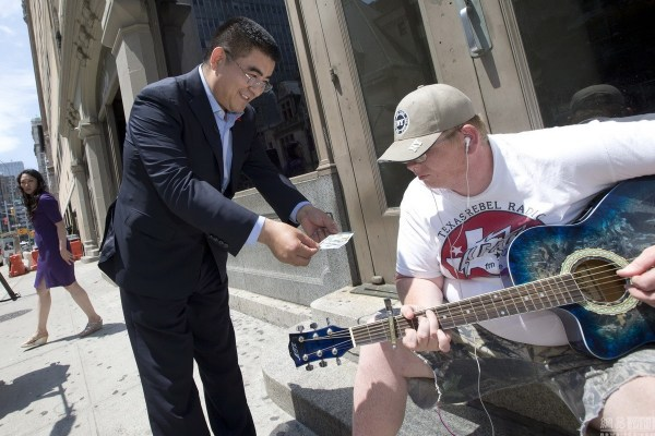 chinese-billionaire-philanthropist-chen-guangbiao-hands-out-100-dollar-bills-to-poor-in-new-york-05