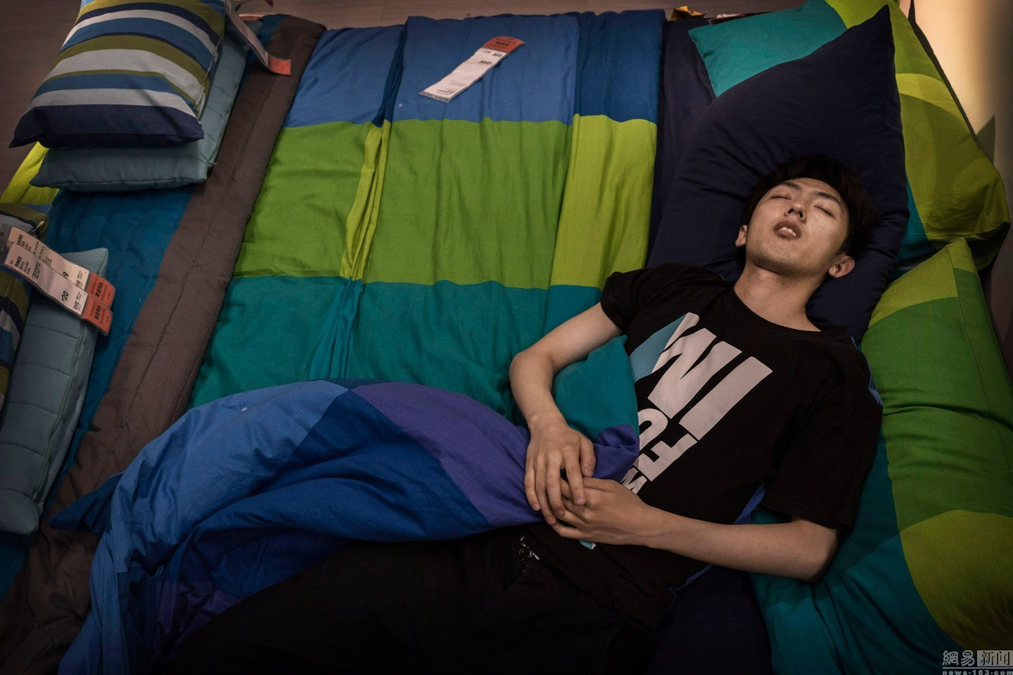sleeping-chinese-at-ikea-beijing-china-03