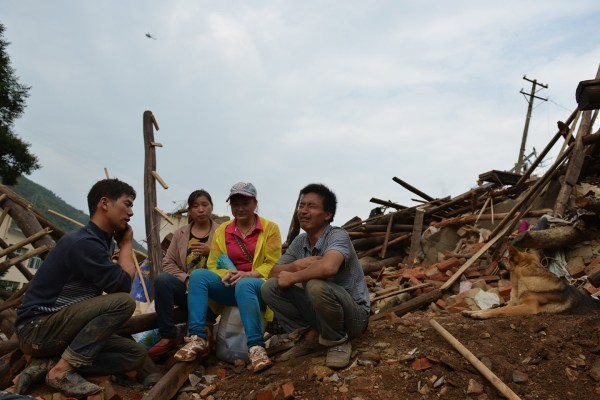 china-yunnan-zhaotong-ludian-earthquake-parents-dig-out-son-from-rubble-01