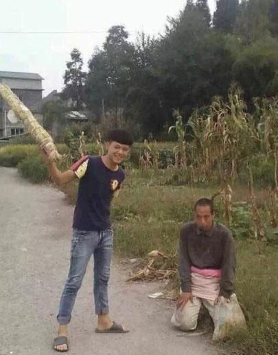 china-teenager-bullies-mentally-handicapped-person-02