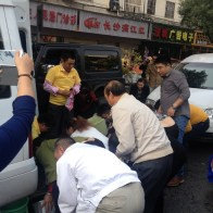 china-changsha-crabs-alligator-spilled-in-traffic-accident-looted-by-chinese-passerbys-07