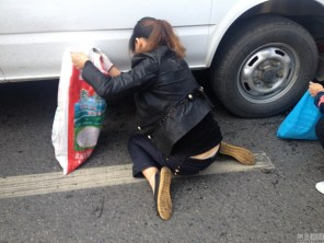china-changsha-crabs-alligator-spilled-in-traffic-accident-looted-by-chinese-passerbys-09