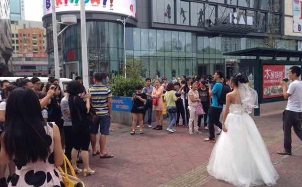 china-shenzhen-chinese-bride-uses-makeup-to-become-old-granny-for-wedding-photos-05