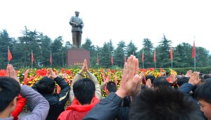 chinese-pay-tribute-to-mao-zedong-121-anniversary-01