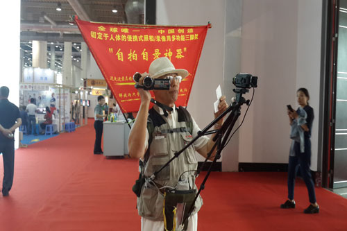 78-Year-Old Invents Selfie Tripod, Already Applied for Patent