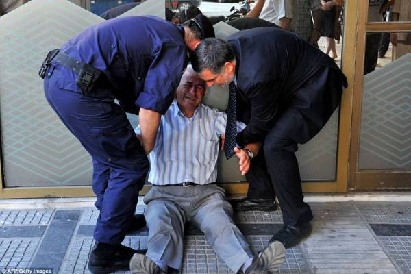 Greek Man Cries After Cash Withdrawal Refused, Netizens React