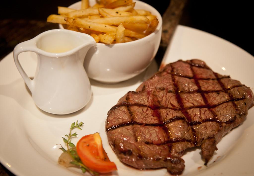 mat-does-chiswick-mat-smith-photography-blog-the-cabin-12oz-scottish-sirloin-steak-tomato-shallot