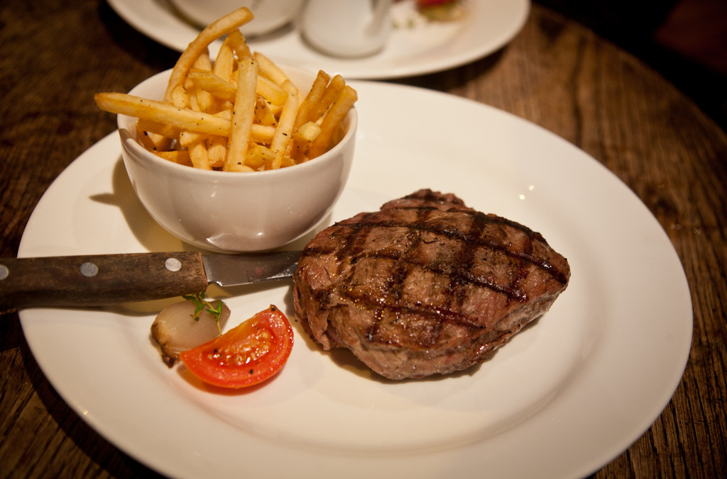 mat-does-chiswick-mat-smith-photography-blog-the-cabin-12oz-scottish-rump-steak-frites-shallot-tomato
