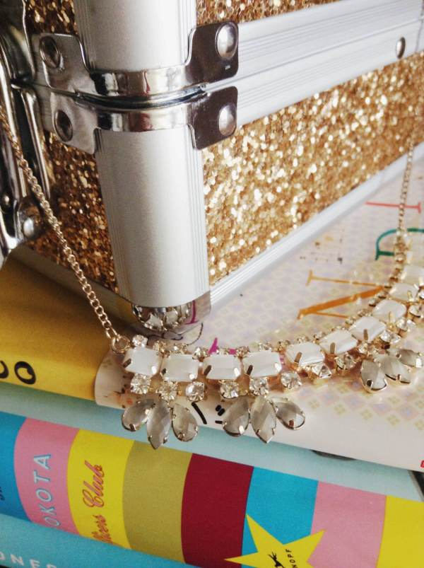Accessorize statement necklace w gold
